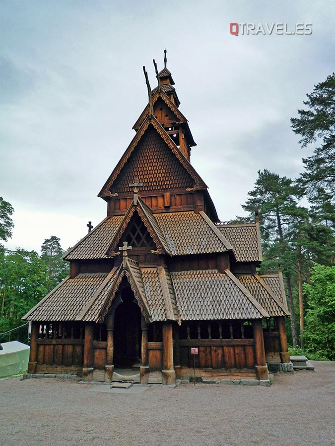 Museo folclórico. Iglesia de madera del Siglo XI