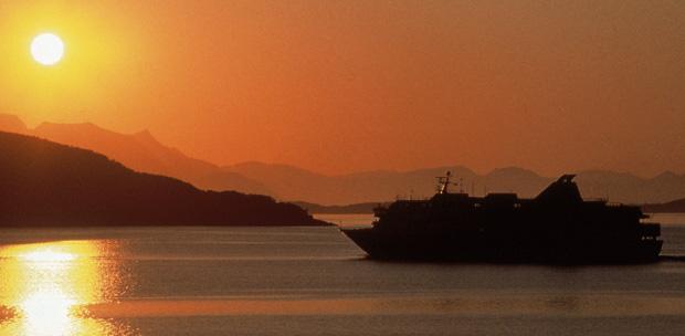 Hurtigruten navega por la costa noruega para descubrir el sol de media noche