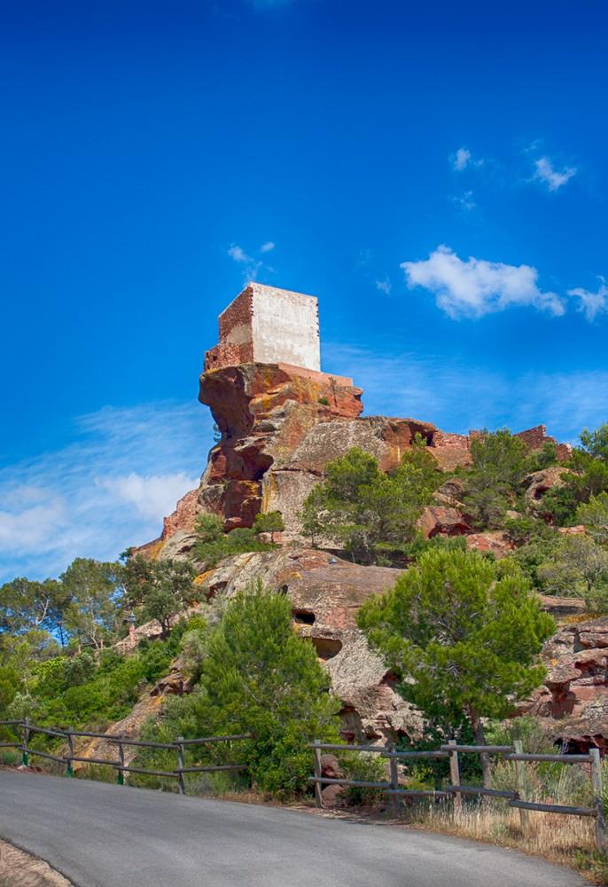 Vista de la Ermita de forma cubica de la Mare de Deu de la Roca en Montroig del Camp