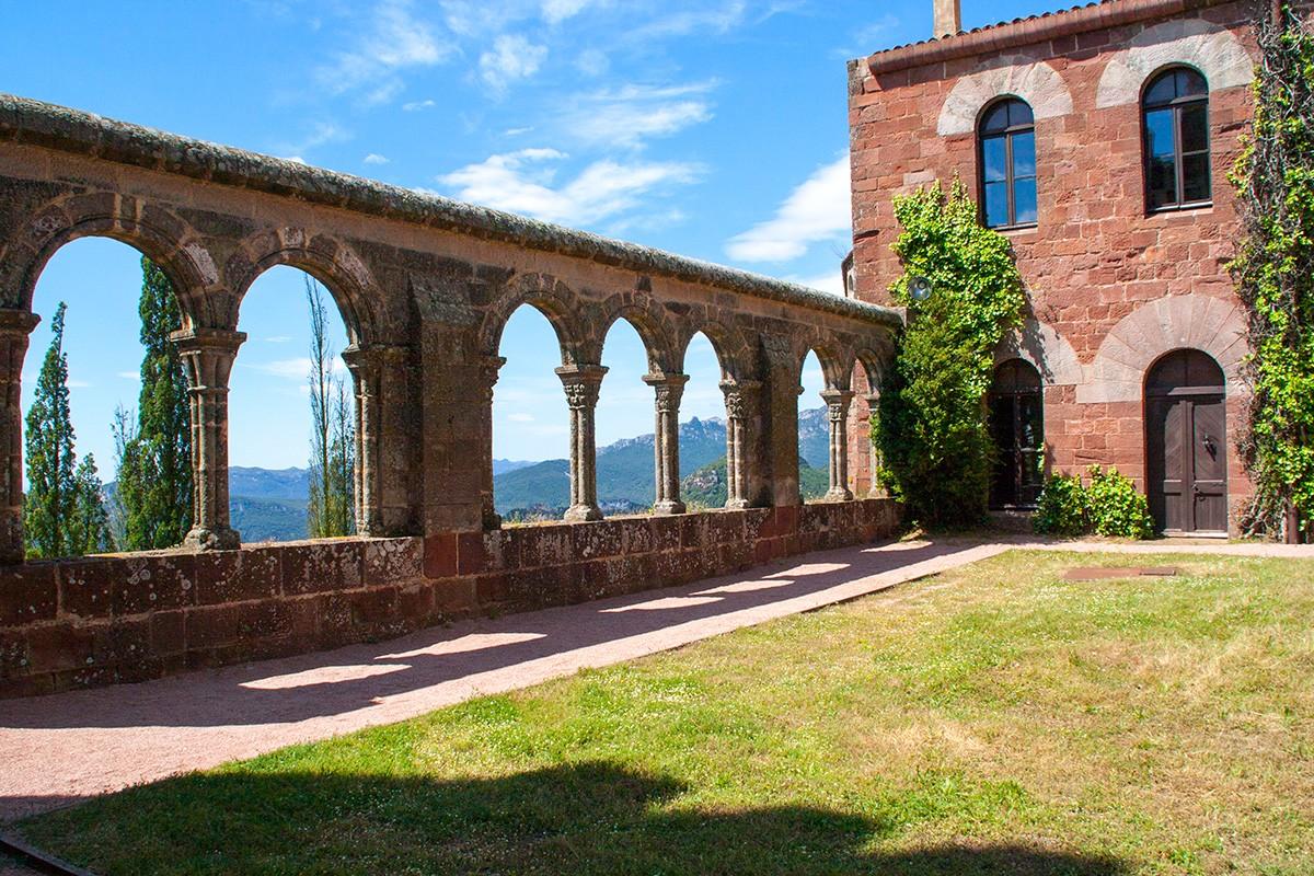 Claustro interior de San Miguel de Escornalbou
