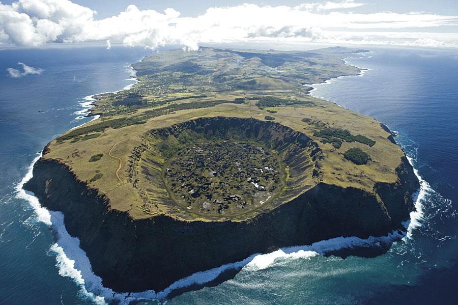 Vista aerea de la Isla de Pascua con el volcán Rano Kau en primer plano