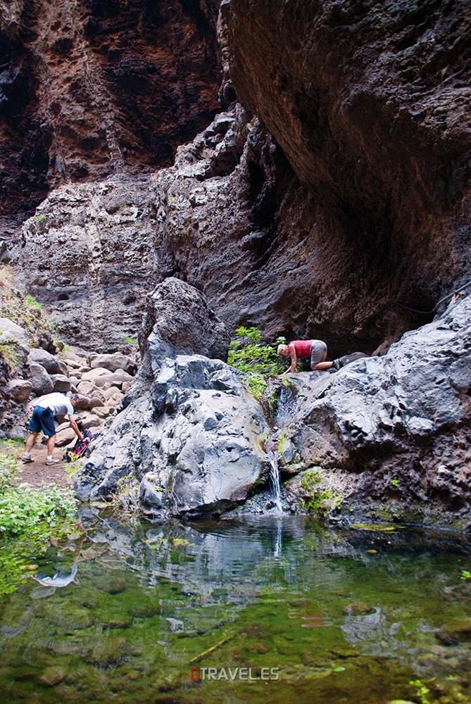 Qué ver y qué cosas hacer en Tenerife, una parada en el descenso del Barranco de Masca, en uno de su estanques naturales