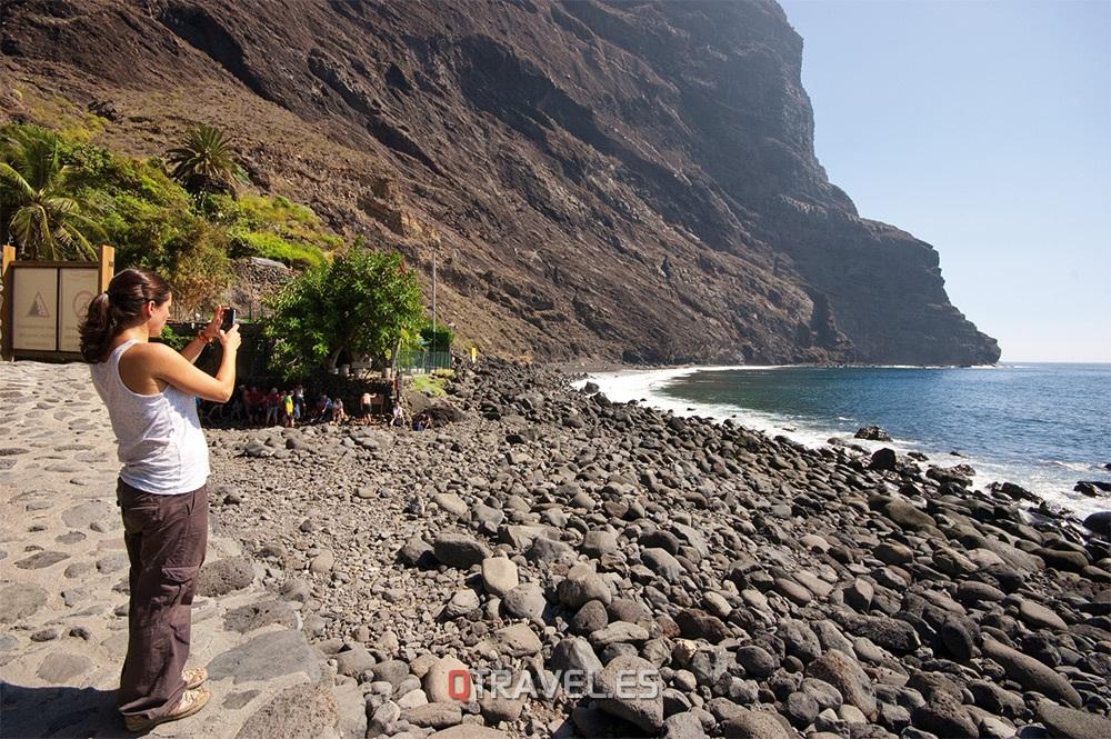 Qué ver y qué cosas hacer en Tenerife, al final del Barranco de Masca, llegamos a una playa de enormes guijarros