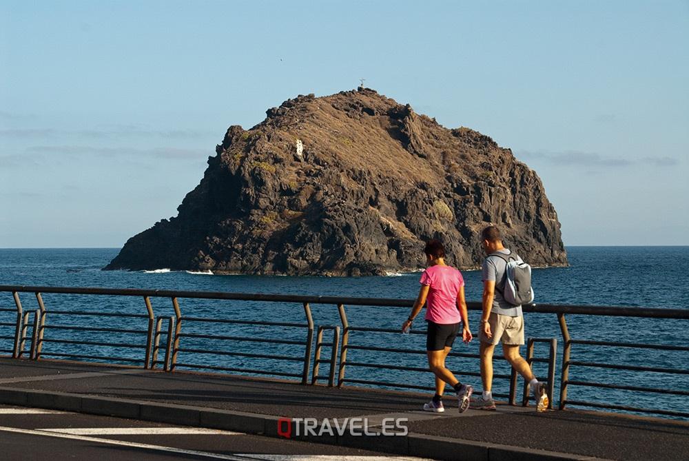 Qué ver y qué cosas hacer en Tenerife, paseando por el paseo marítimo contemplamos el Roque de Garachico