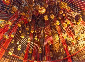 Una jaula gigante denuncia la desigualdad de la mujer en el pandal Behala Friends