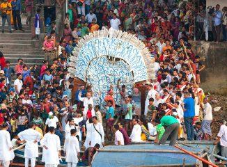 al atardecer del Último día del festival, durga regresa al rÍo para terminar su ciclo de vida