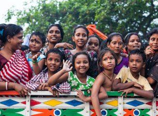 Tanto mayores como niños asisten multitudinariamente al río para presenciar el último ritual del Festival de Durga Puja