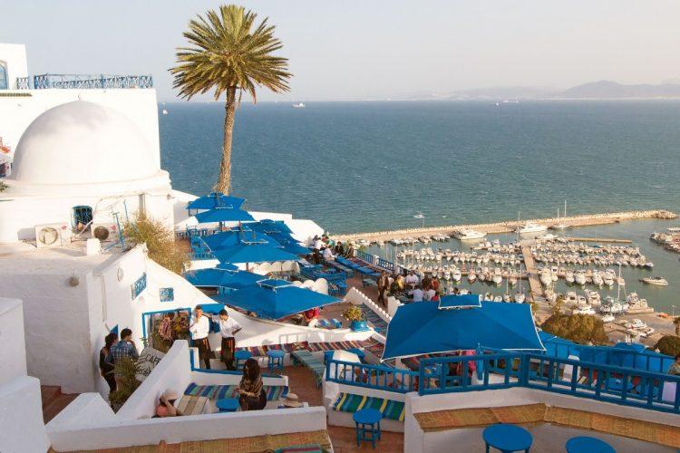 Café Sidi Chabaane, conocido popularmente como el café  des Délices,  con el puerto deportivo de fondo