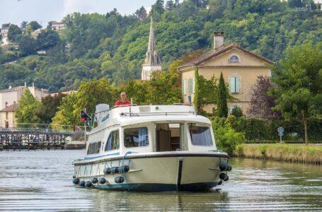 Ruta fluvial por el canal de Garona en la región de Occitania