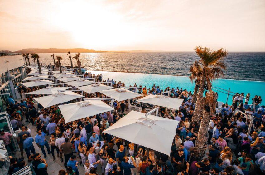 Los beach clubs imprescindibles de malta este verano