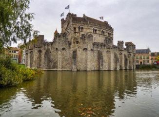 Panorámica del castillo de Gravensteen desde el canal.