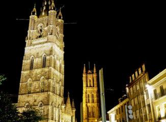 El Belfort, campanario de Gante, sobresale en el skyline de la ciudad junto a la torre de la catedral y a la Iglesia de San Nicolás.