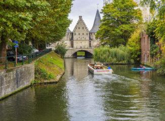Al final del canal se divisa la antigua puerta Rabot, perteneciente a la muralla del siglo XV