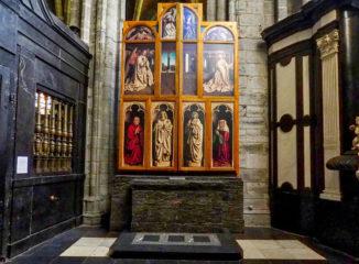 La Adoración del Cordero Místico de los hermanos Van Eyck fue presentado en 1432 y está reconocido mundialmente como cumbre artística y como una de las pinturas más influyentes jamás realizadas