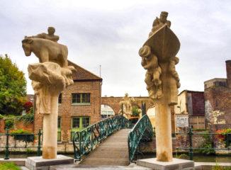 el puente de los Placeres, que se construyó en el año 2000, en la celebración del Quincentenario del nacimiento de Carlos I