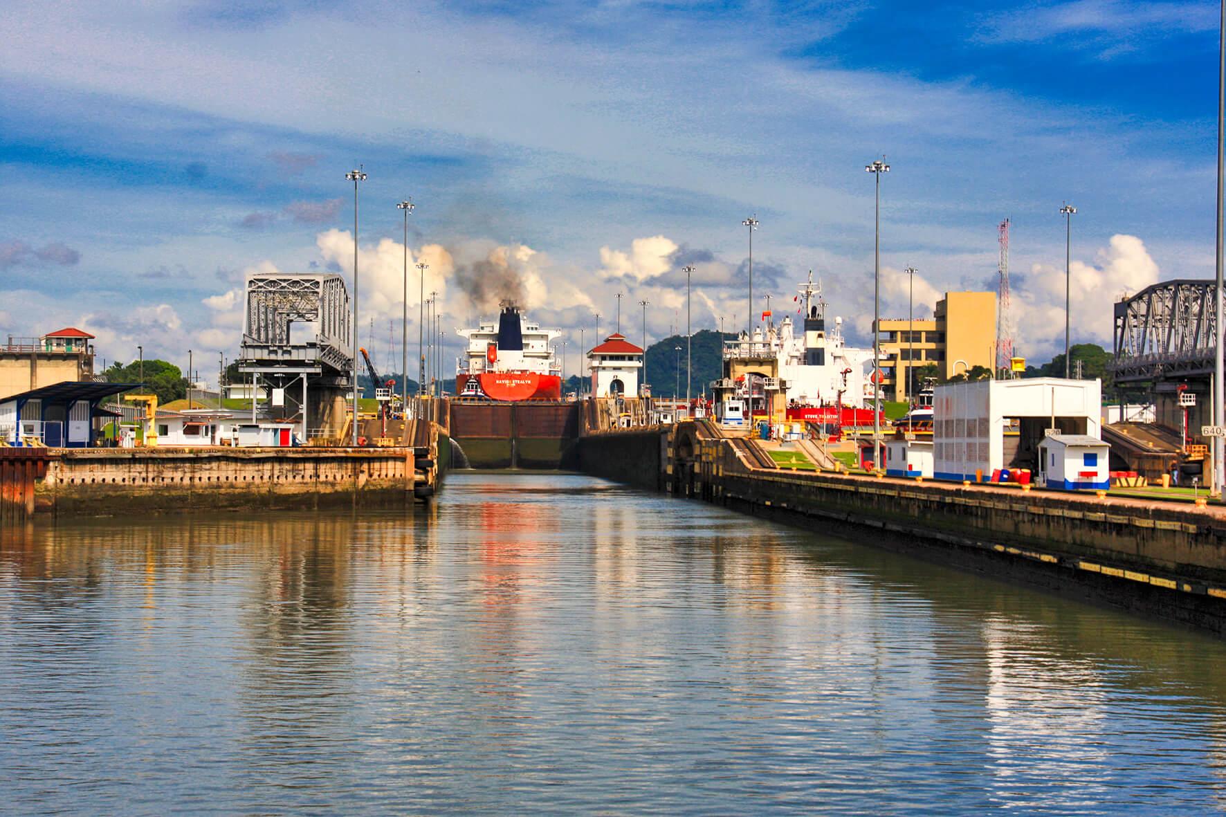 Barcos en tránsito esclusa de Miraflores