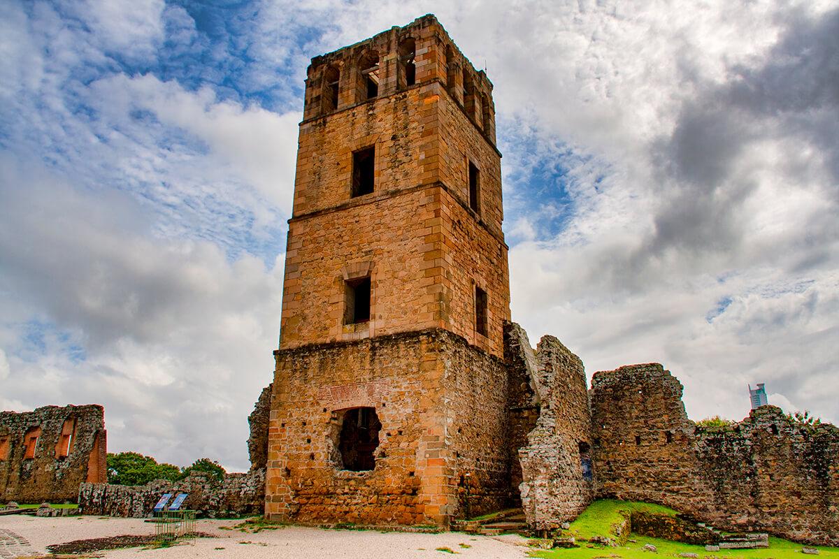 Torre de la catedral de la antigua ciudad de Panamá